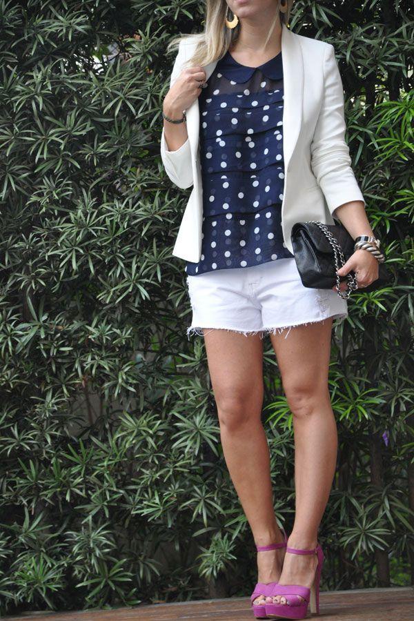 short branco + blusa poá + blazer branco