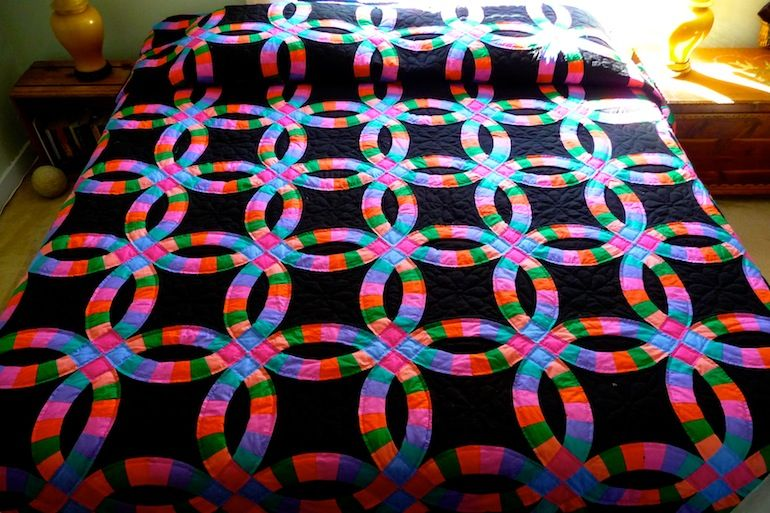 Double Wedding Ring Amish Quilt A Traditional Pattern