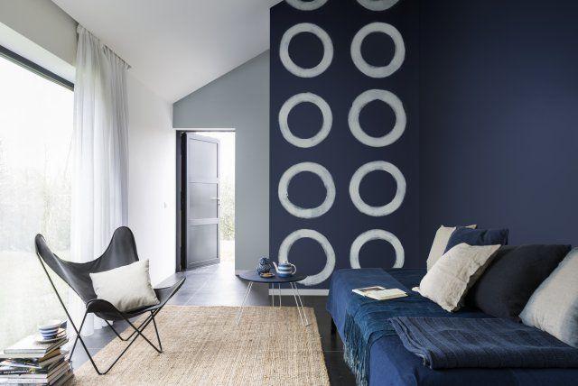 Un pan de mur du0027un bleu profond Ce salon respecte idéalement la