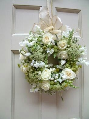 Photo of What a beautiful wedding wreath!