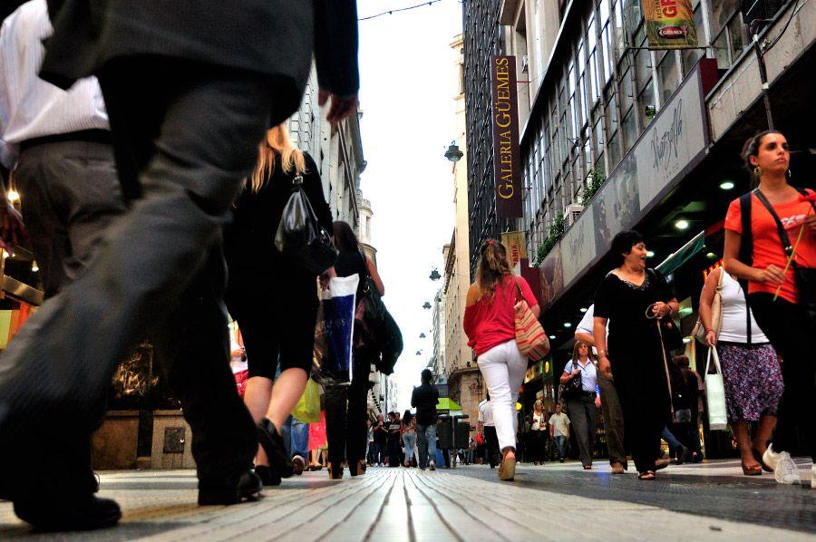 Calle Florida - ECalle Florida passou pro uma grande reforma. O piso recebeu largos quadrados de granito cinza com o centro preto. Ano após ano as rua recebe mais mobiliários como canteiros, bancos, estações de descanso, tudo isso visando o conforto do pedestre.
