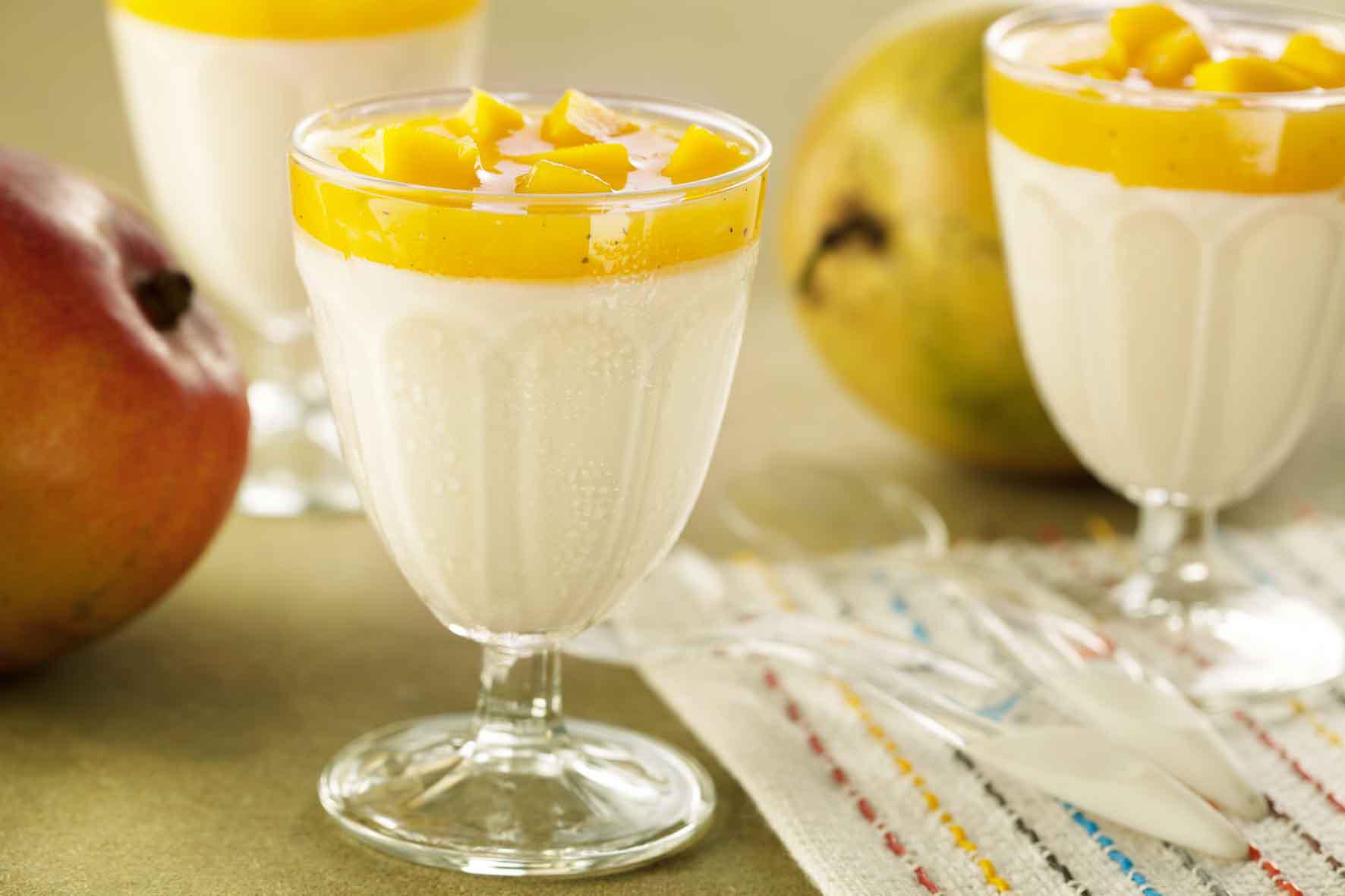 Creme de iogurte e calda de frutas amarelas