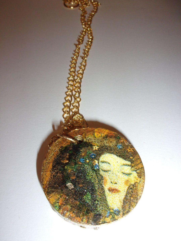 Collier avec pendentif rond en béton image klimt et peinture doré : Collier par woolicious