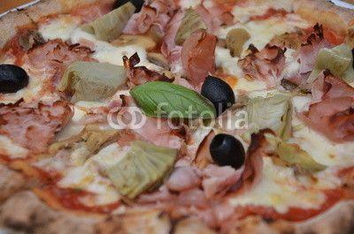 Pizza four seasons, quattro stagioni, closeup