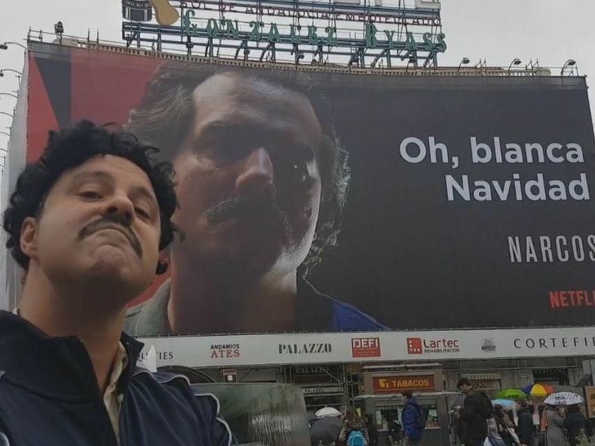 """Pablo Escobar llega a la Puerta del Sol para defender su anuncio: """"Blanca Navidad sí o qué?!"""""""