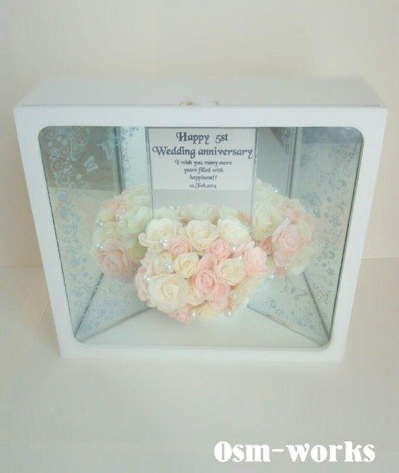 ミラーにお花が映り込むことで、ボックス内全体が華やかな世界に♪ お花の表情も豊かに表現ができました。お花は、造花です。ボックスの背面には、メッセージカード付き...|ハンドメイド、手作り、手仕事品の通販・販売・購入ならCreema。