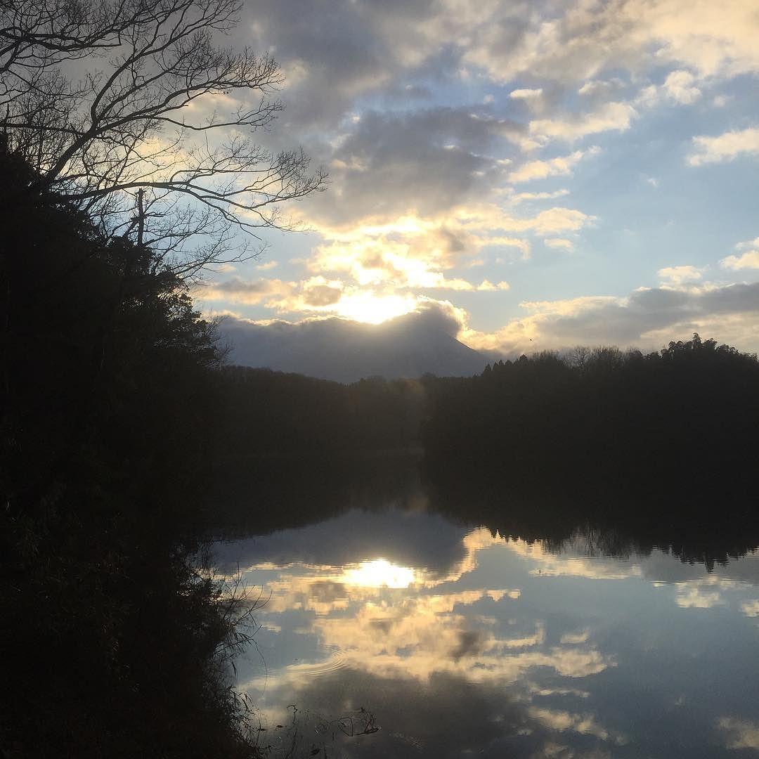 鳥取県の大山へ向かう途中にある岡成展望駐車場朝日と大山そして池の反射と綺麗でした2016/02/03#大山  #daisen #beatiful
