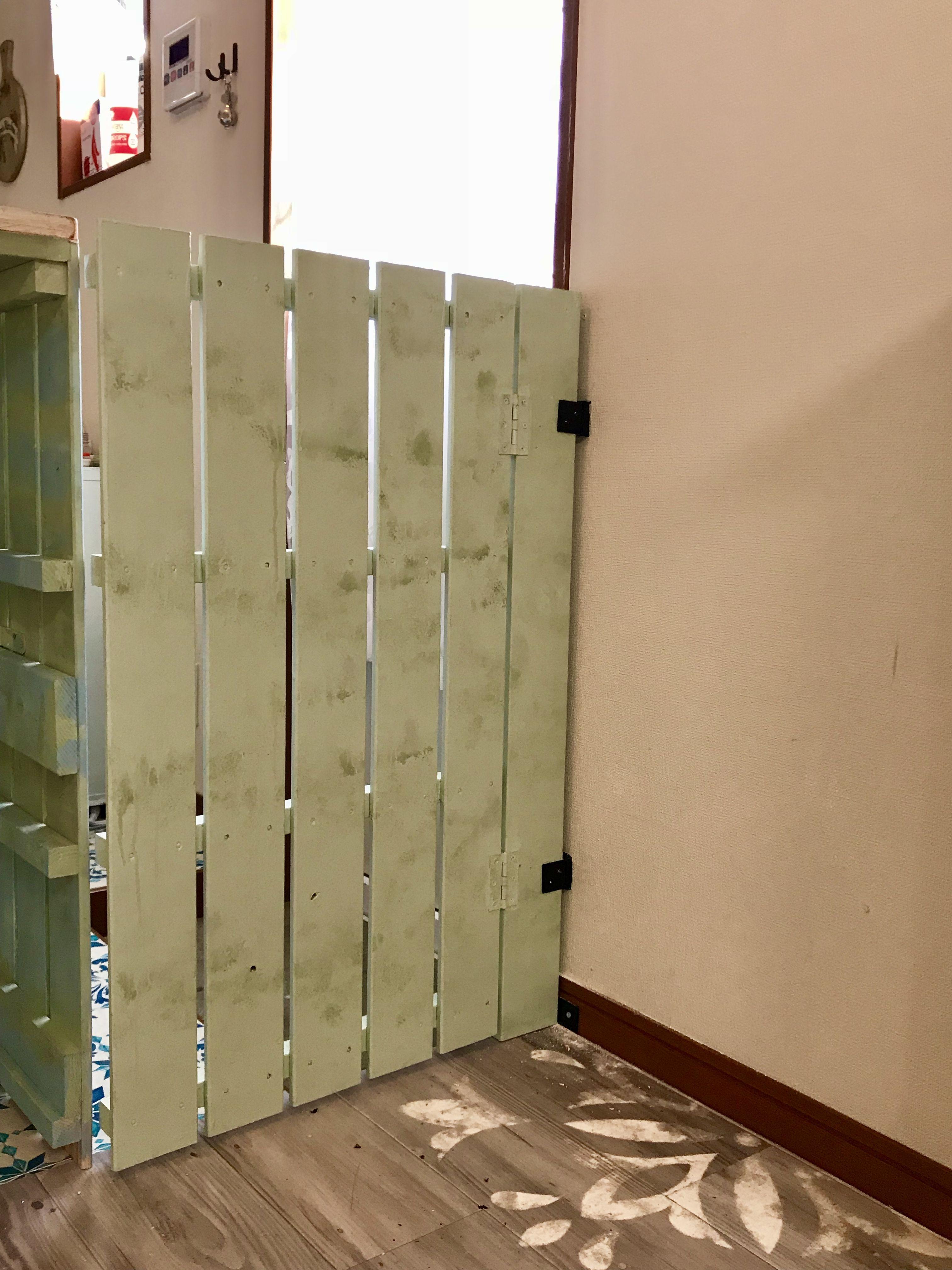 勝手口とキッチンカウンターの隙間を埋めるのに スノコでドアを作って