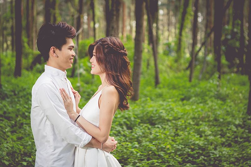 Joey And Travis S Hidden Forest Outdoor Pre Wedding Shoot Singaporebrides Wedding Shoot Wedding Photos Poses Pre Wedding