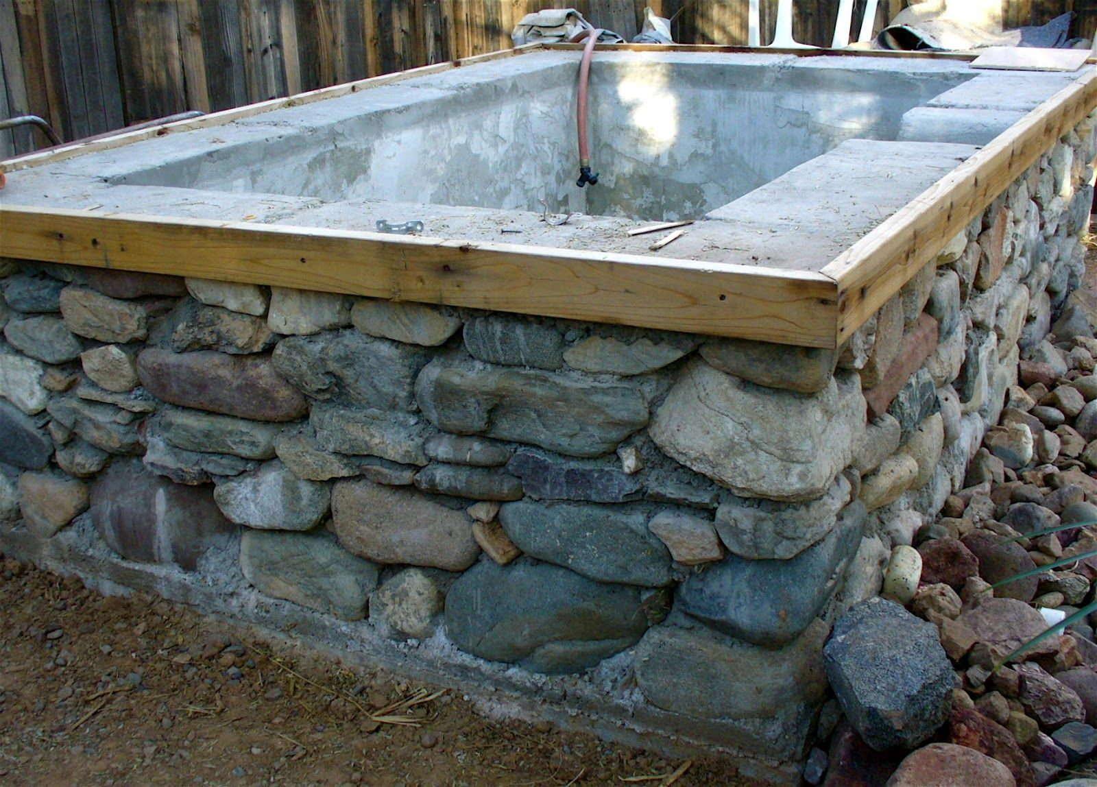 diy outdoor hot tub buscar con google build a home pinterest alte badewanne badewannen. Black Bedroom Furniture Sets. Home Design Ideas
