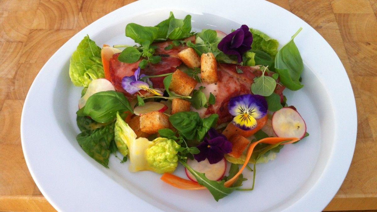 Sverre Sætre serverer salat med lekre grønnsaker, god dressing og kylling med spekeskinke og parmesan.