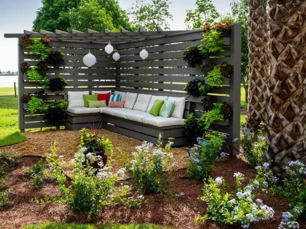Schone Sitzecke Mit Einer Eckbank Aus Holz Garten Garten Ideen