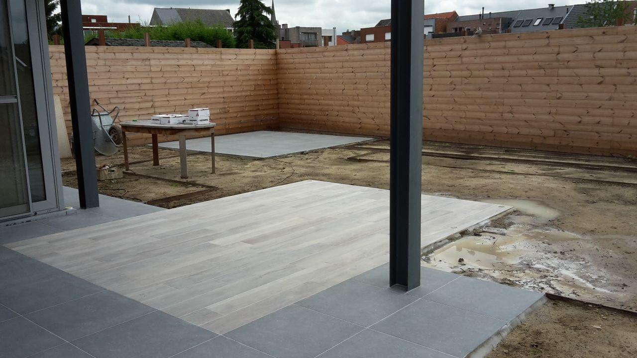 Terras in keramische tegels met houtlook tuin in uitvoering