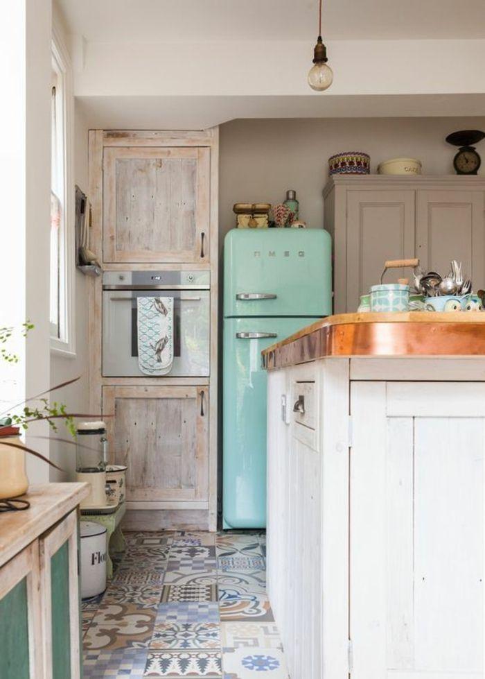 cuisine ouverte sur salon, carrelage en style mauresque en bleu et