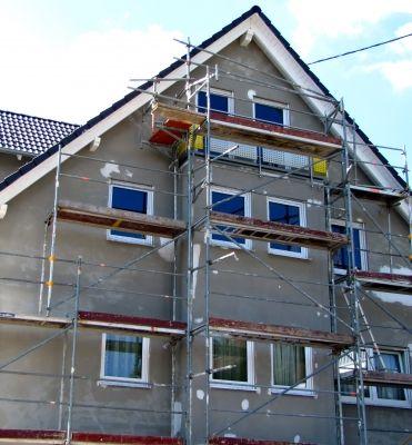 Fassade Streichen U2013 Ein Haus Ohne Fassadenfarbe Kurz Vor Dem Hausanstrich. # Fassade #streichen #renovierung