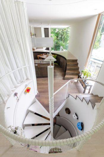 階段部分も円形にくり抜かれている。