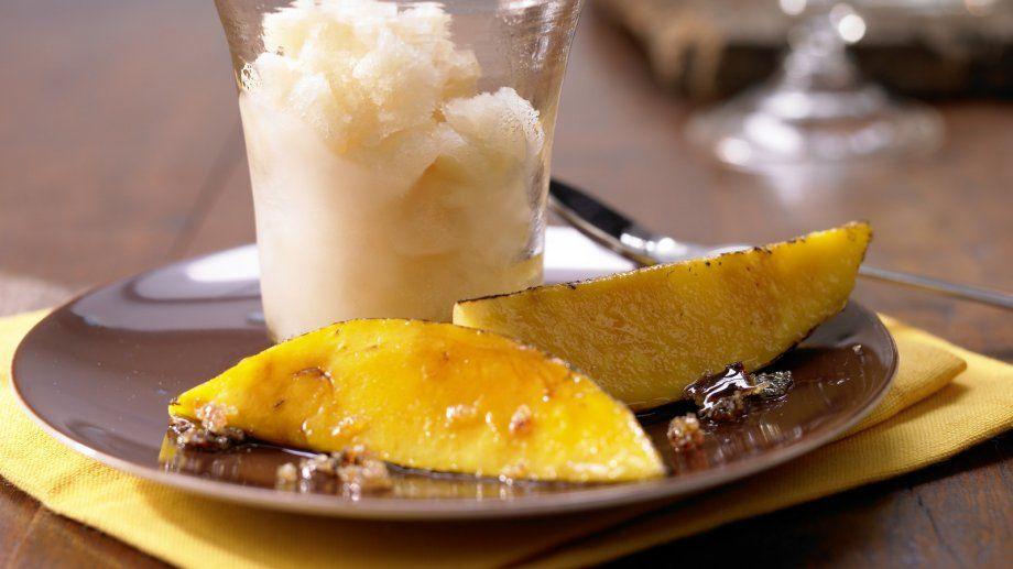 Ein himmlisches Dessert: Kokos-Limetten-Eis  mit karamellisierten Mangospalten   http://eatsmarter.de/rezepte/kokos-limetten-eis