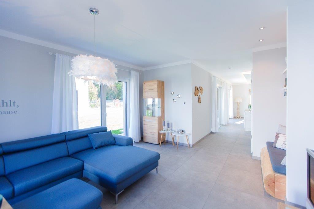 Wohnzimmer Fertighaus FischerHaus #Haus #Fertighaus #Wohnzimmer #Sofa  #gemütlich #modern #