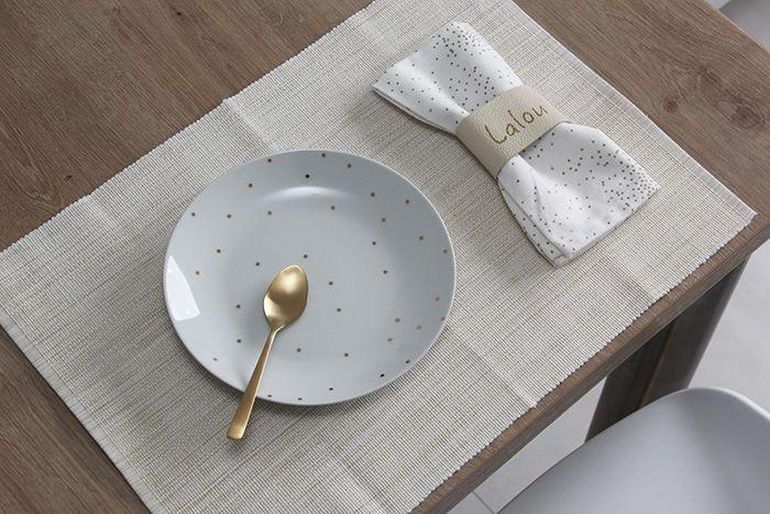 rond de serviette en cuir personnalis avec l 39 aide de la. Black Bedroom Furniture Sets. Home Design Ideas