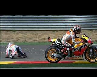 Pedrosa crashes, marques passes, aragon 2013