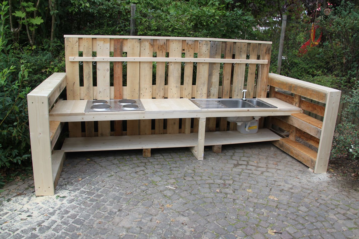 Neue Matschkuche Fur Die Kita Wiesenackerforderverein Unterstutzt Erzieher Elternprojekt In Heimerdingen Forderverein In 2020 Outdoor Furniture Outdoor Outdoor Decor