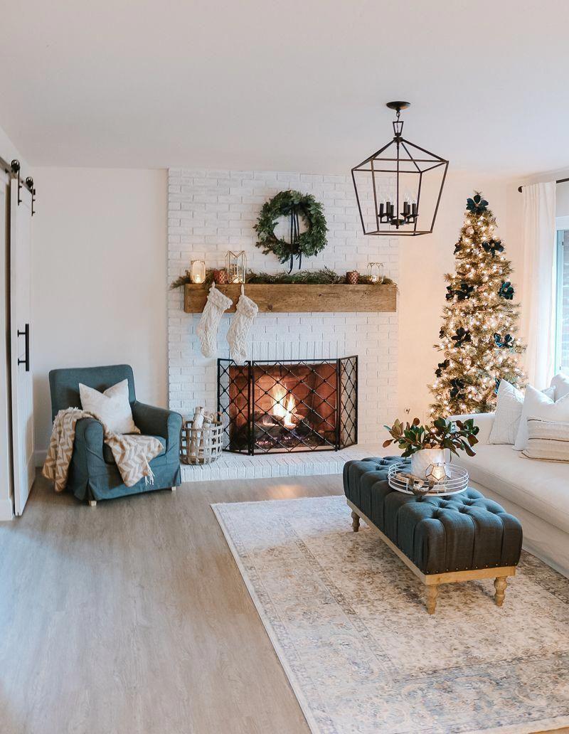 Modernes Bauernhaus-Weihnachtswohnzimmer mit Marine + Kupfer + Rose Gold