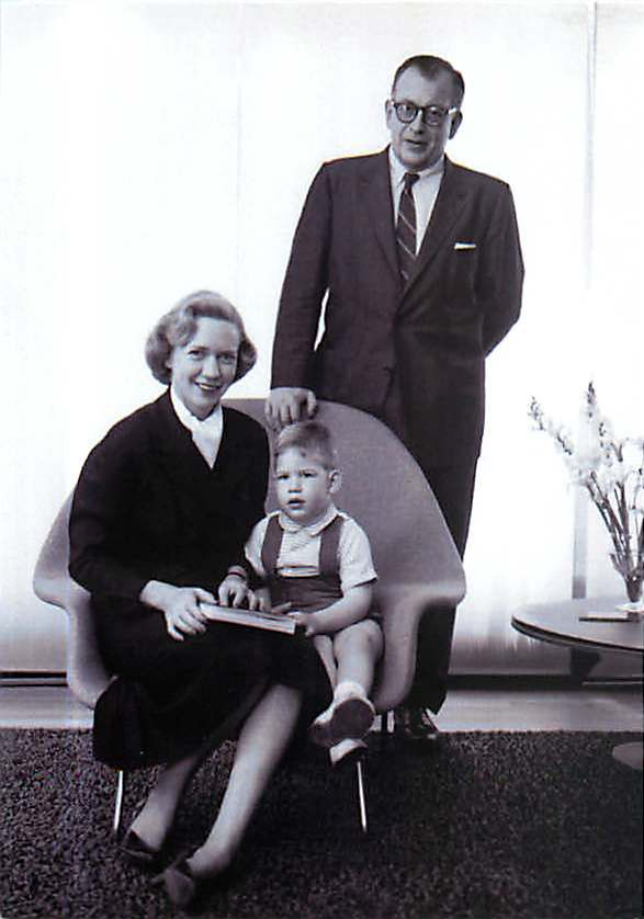 eames close friend eero saarinen his wife aline and their son eames a picture taken in the in their home with one of eerou0027s womb chairs