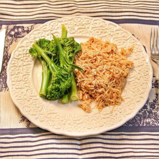 Brócolis e frango desfiado pro jantar.