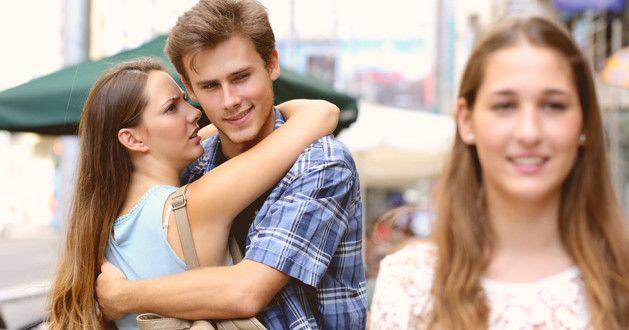 Resultado de imagen de mira a una mujer con tu pareja