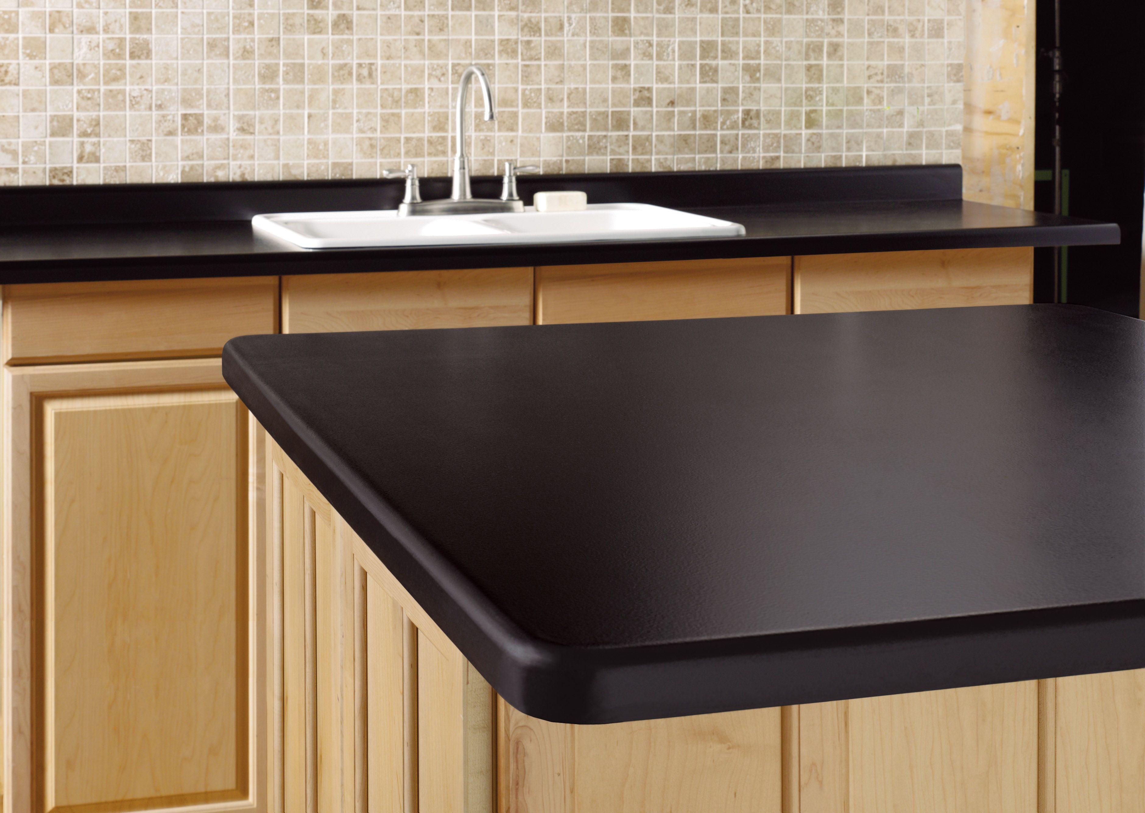 La mesada de la cocina puede quedar de un color negro for Granito negro brillante