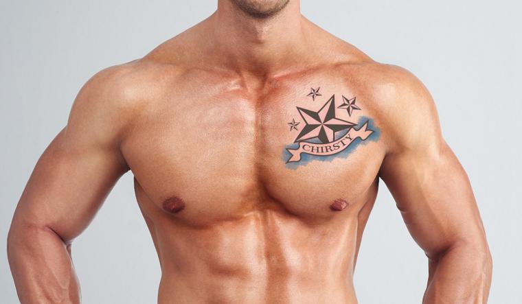 Simbologia tatuaggio di una stella nautica sul petto di un