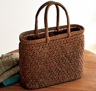 この花編み、チャレンジしてみたい。 これは何代も使える物ですね~。  [つる工房鷹山(ようざん)] 山ぶどう花編み籠バッグ グルメ・ギフトをお取り寄せ【婦人画報のおかいもの】
