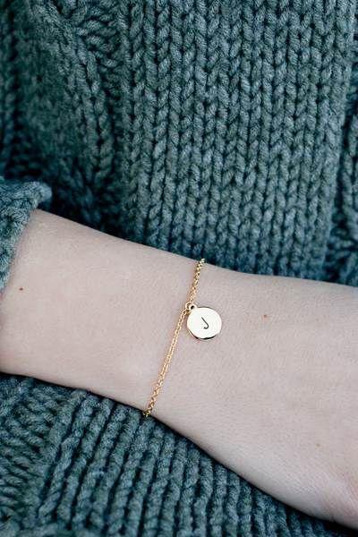 """Photo of Oh Bracelet Berlin Armkette """"Letter"""" Handgeprägt Aus Vergoldetem Edelstahl Inkl. Box"""