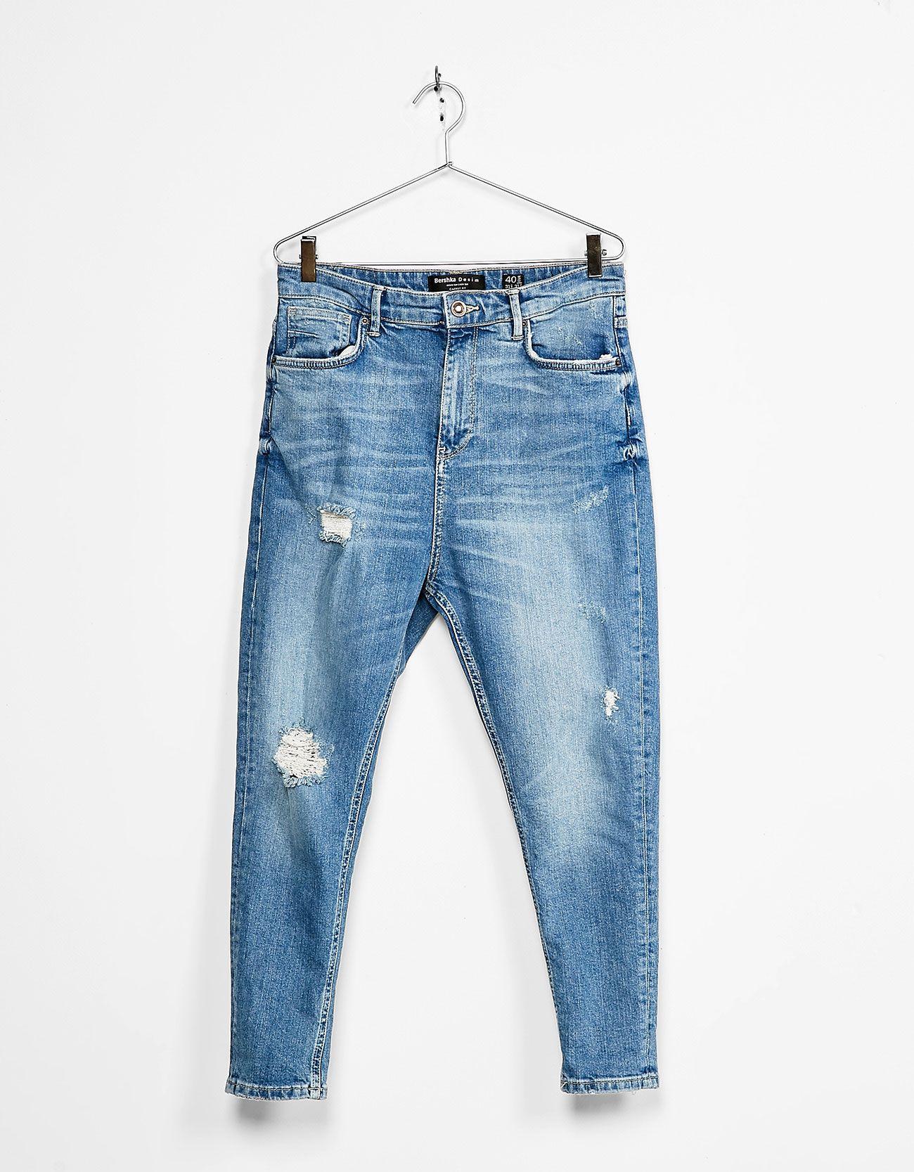 7f933a7870 Jeans carrot fit rotos. Descubre ésta y muchas otras prendas en Bershka con  nuevos productos cada semana