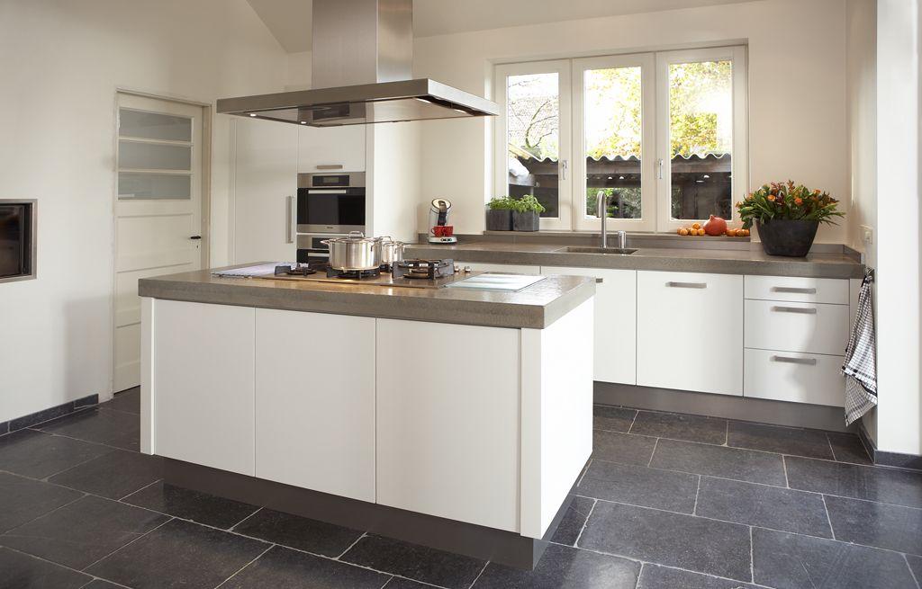 Natuursteen vloer van nibo stone; maatwerk keuken van harold lenssen