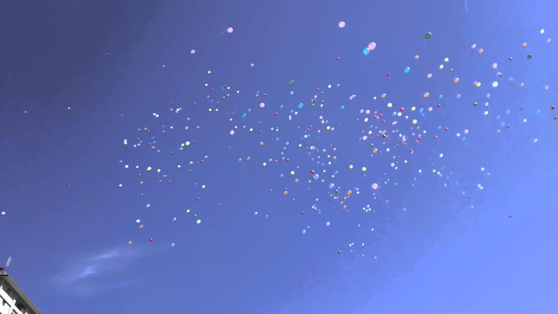 神戸市立花山小学校の運動会で行われたPTA主催による40周年記念セレモニーです。  600個の風船を青空に向かって一斉に放ちました。