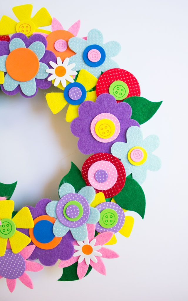 Love this colorful DIY spring flower wreath - so pretty!
