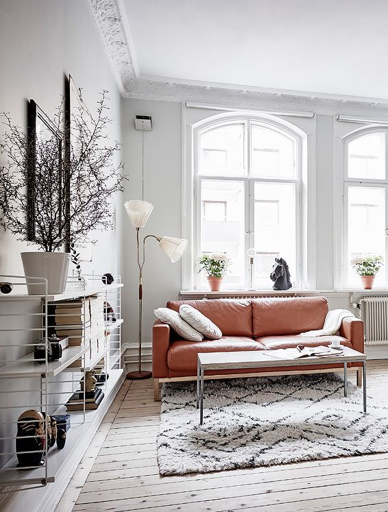 Bright white home with a vintage touch - via Coco Lapine Design blog - salas vintage