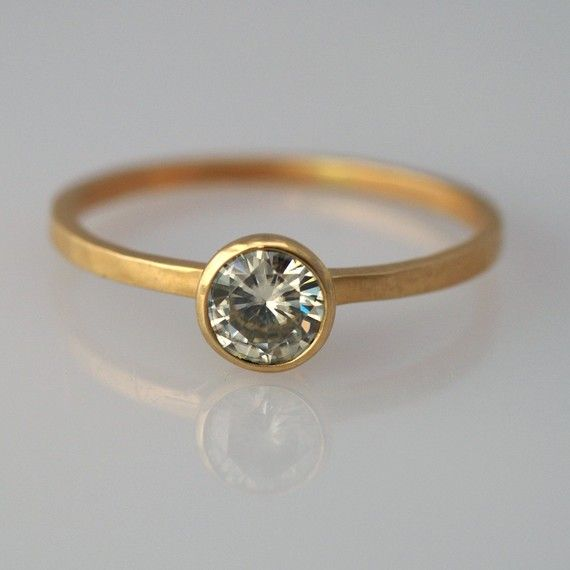 An elegant and stunning ring A handmade 14k yellow gold band holds