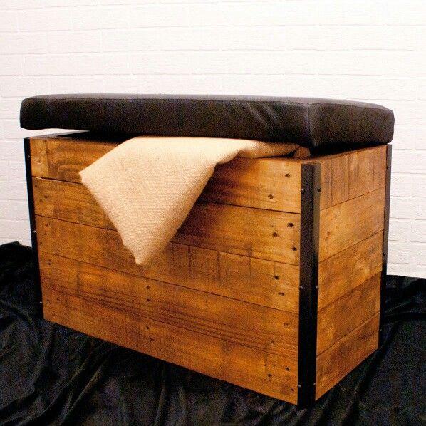 Baúl acolchado hecho con palets y esquineras de forja #mueble ...
