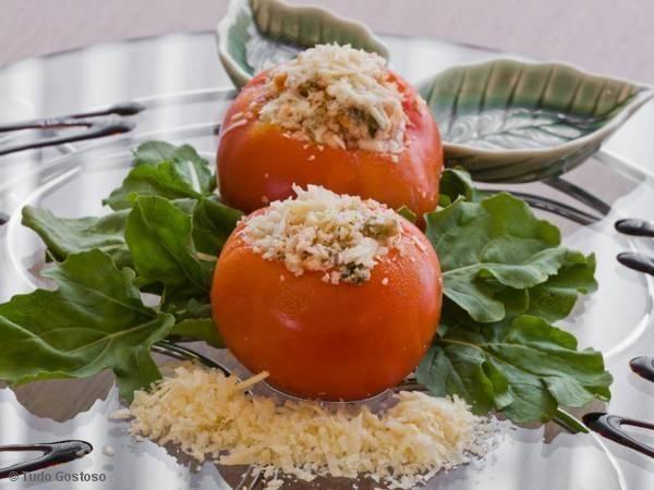 Receita de Tomates recheados com queijo colonial, molho branco especial, calabresa e milho verde