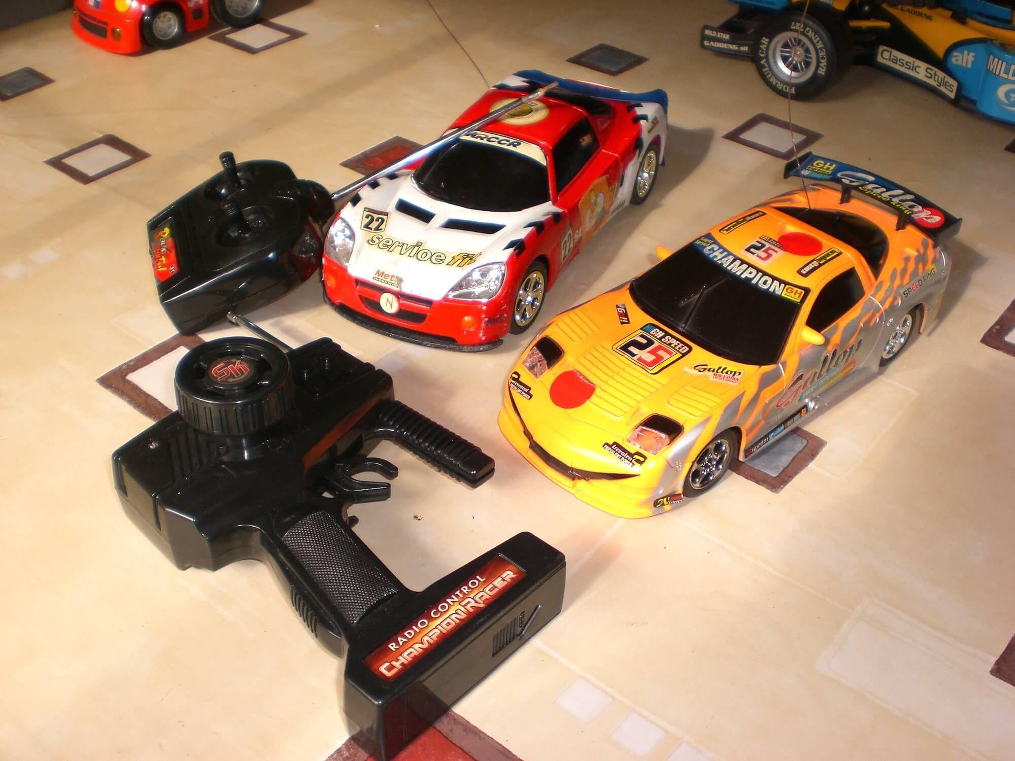 Coches teledirigidos (6 a 12 años): 2 coches de carreras teledirigidos.  Causa beneficiada: Becas educativas del Casal, Barcelona