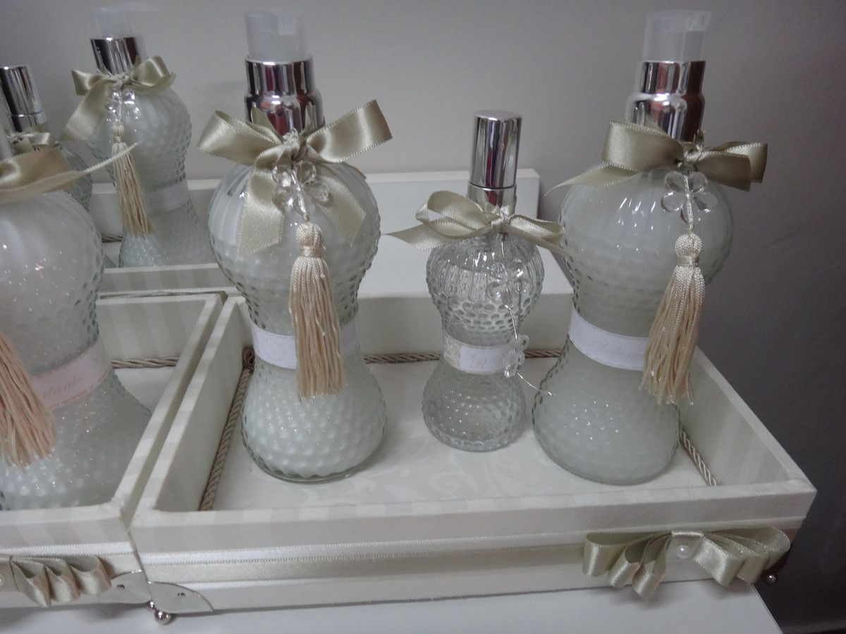kit toalete | Art & Mimos | Elo7Bandeja em mdf forrada em tecido,contendo um sabonete líquido, um hidratante e um home spray, todos personalizados