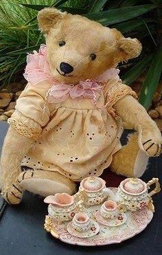 Teddy bear picnic!!   Aww!  So cute!  Aline ♥ Ourson Peluche, Petit Ourson, Image Douce, Petite Souris, Hochet, Jouets Anciens, Doudou, Enfance, Oursons