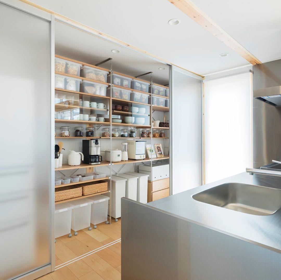 無印良品の家 Mujihouse On Instagram 無印良品の家 久喜店 木の家 モデルハウス キッチンの背面収納には 無印 良品のユニットシェルフを利用した人気の収納があります キッチン横にもパントリーを設けました 保存食 食材などストックでき In 2020 Breakfast