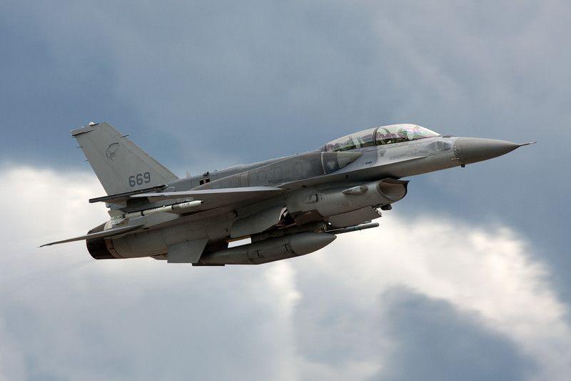 "669 General Dynamics F-16D Fighting Falcon ""Republic of Singapore Air Force"" c/n RD-9 Orange/LFMO 17-06-10"