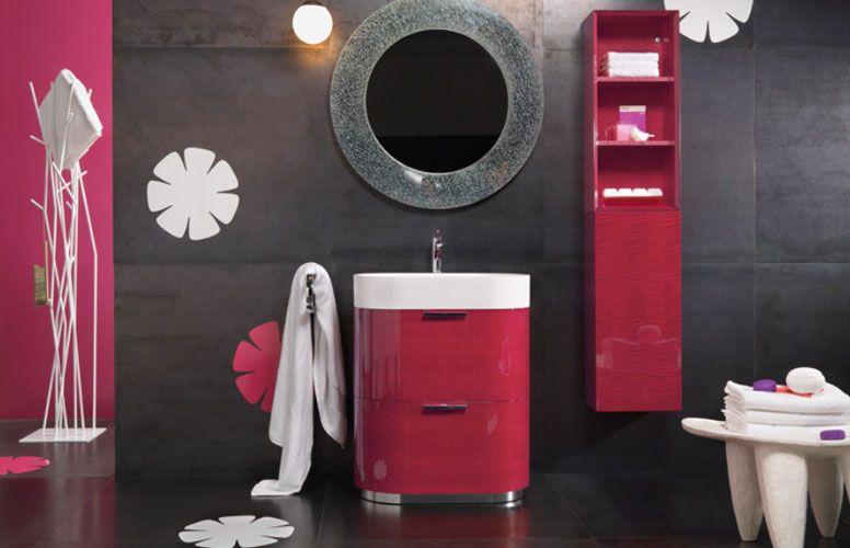 Un petit meuble coloré pour une salle de bains vitaminée