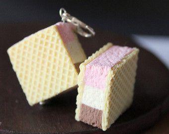 Artículos similares a crema de fresa / chocolate / almendras, hechos a mano con polímero de arcilla, comida en miniatura, llaveros de miniaturas artesanales originales en Etsy