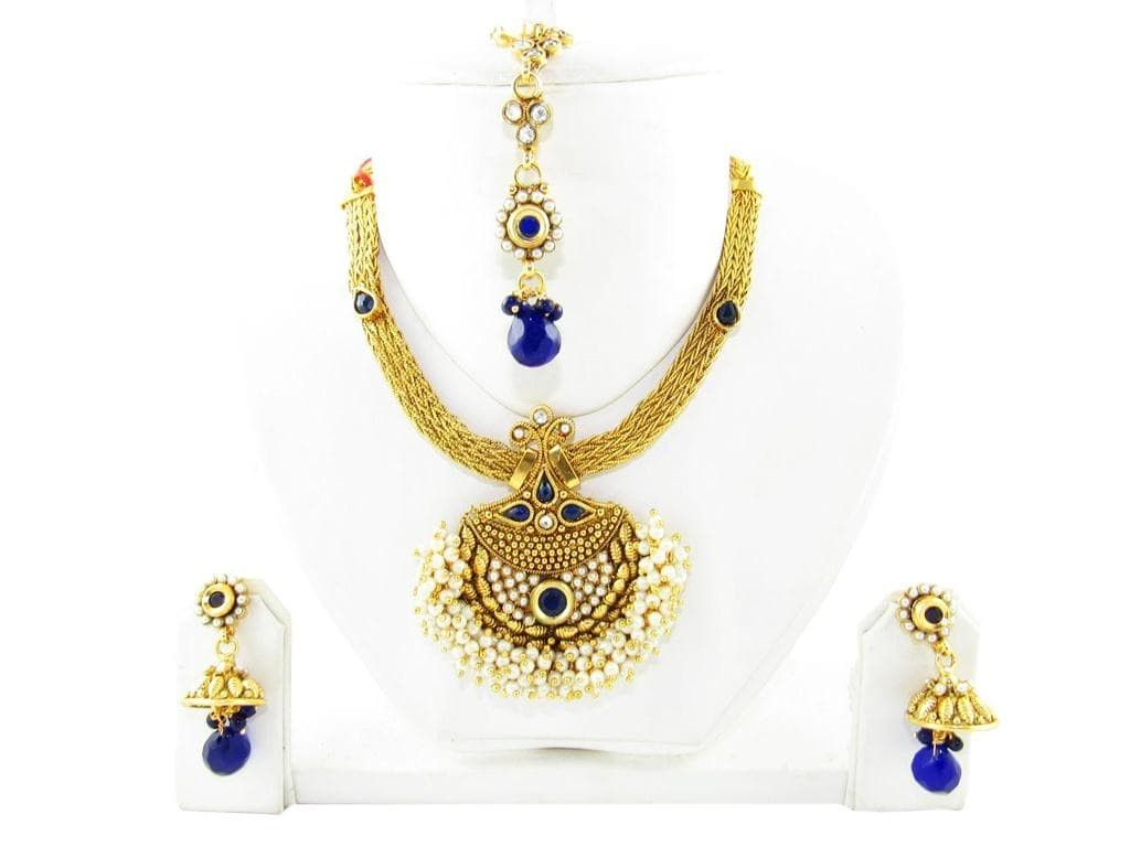 This royal and queenly necklace studded with pearls and blue stone