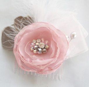 cómo-a-hacer-una-tela-flor-fascinador de-peine-plumas-y-rosa-thumb.jpg